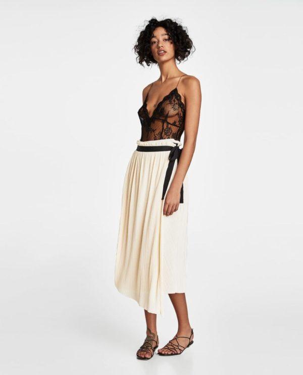 белая юбка с черным поясом