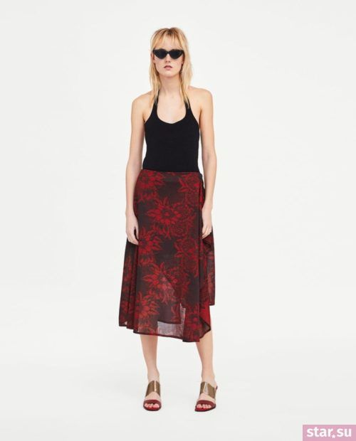 модные летние образы 2019: черная юбка с цветком