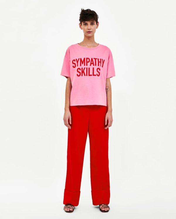 розовая футболка с надписью