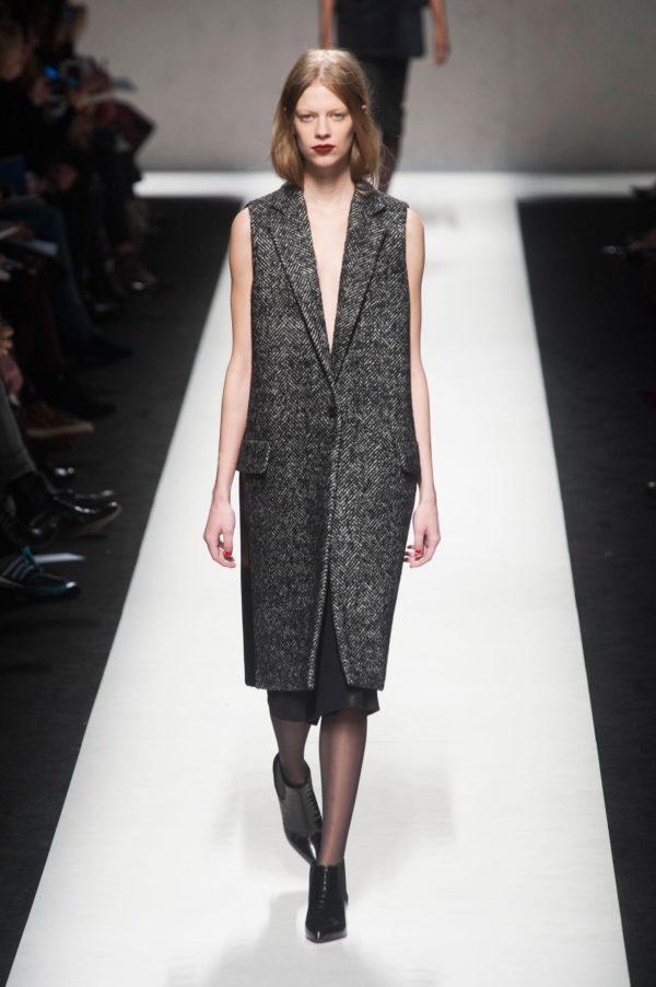женские пиджаки: серый без рукавов с вышивкой