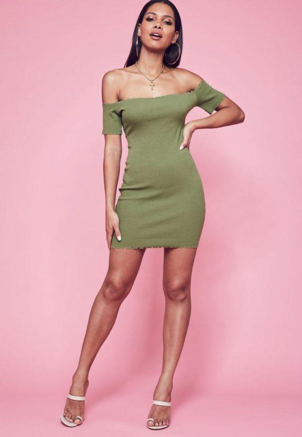 зеленое с открытыми плечами