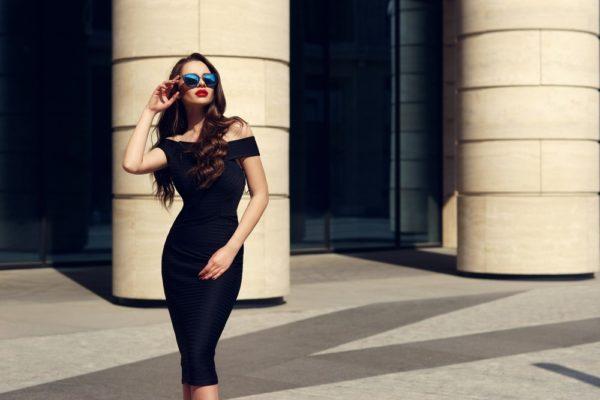 Платья 2019-2020 года: черное облегающее