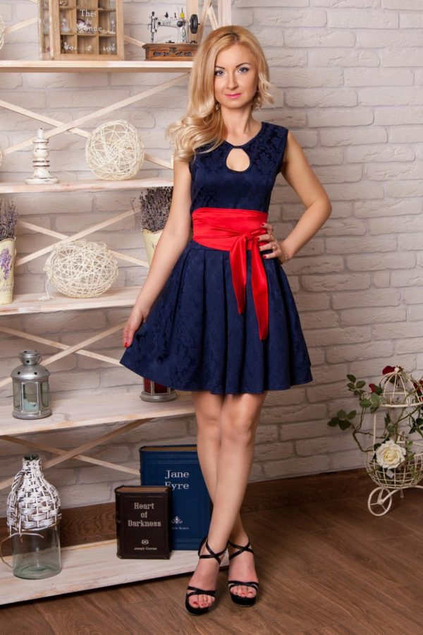 Выпускные платья: синее с контрастным красным поясом