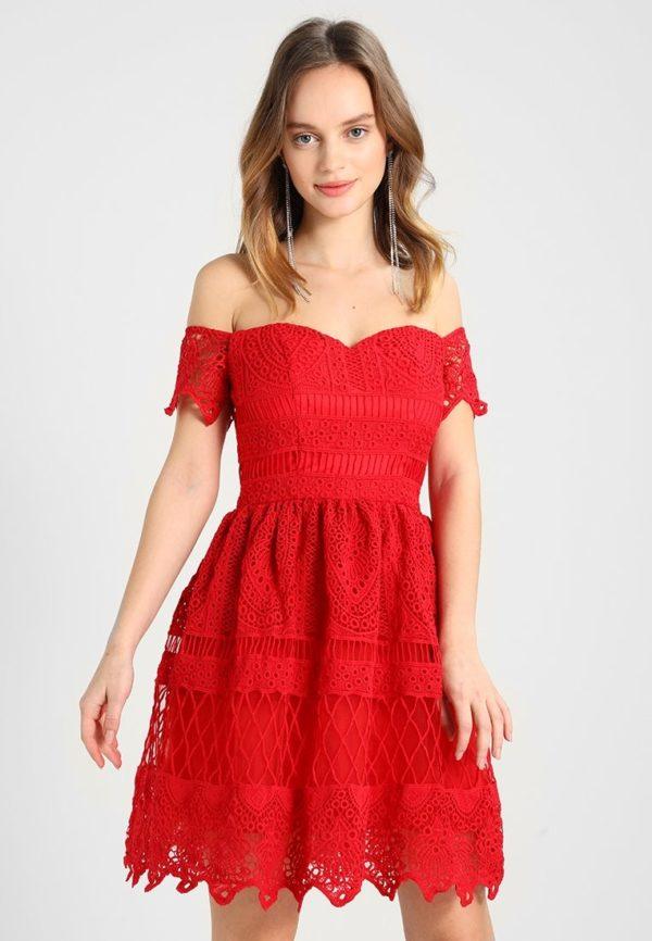 Выпускные платья: Короткое красное открытые плечи