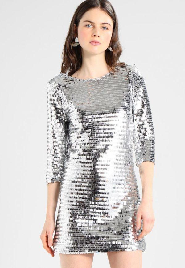 Выпускные платья: Короткое серебристое блестящее