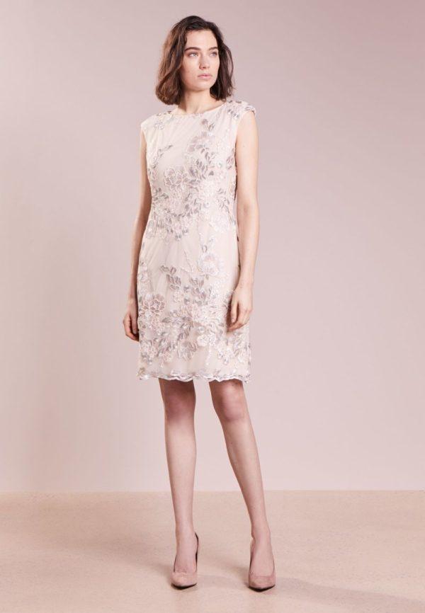 Выпускное платье: Короткое светлое с узорами