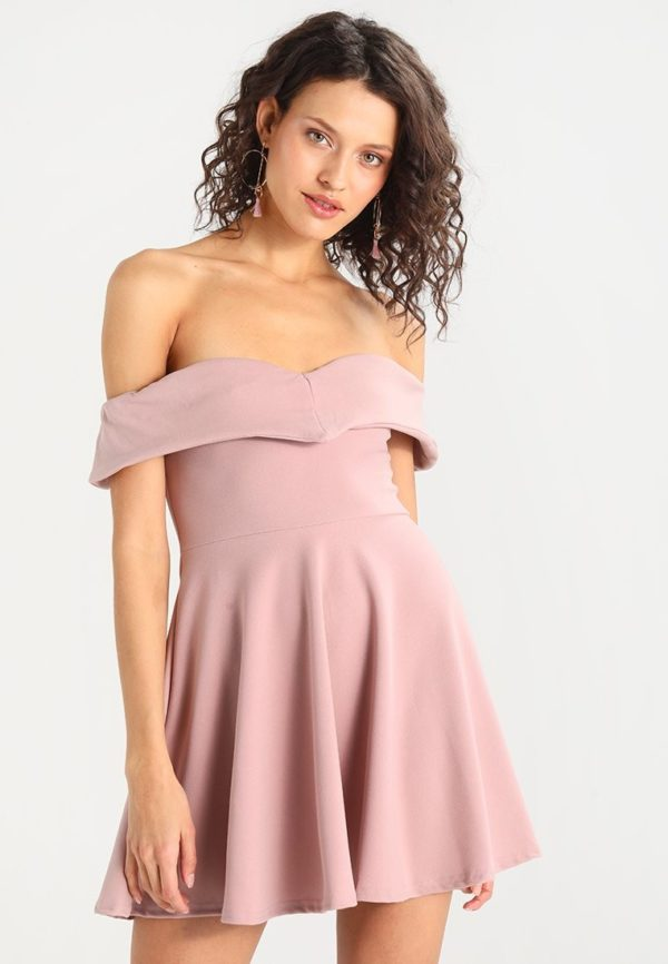 Выпускное платье: Короткое розовое открытые плечи