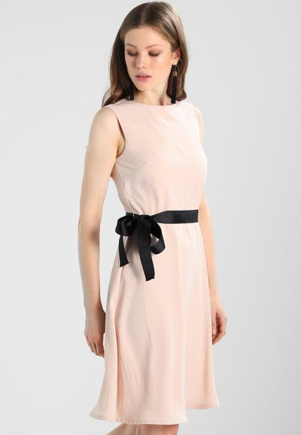 Выпускное платье: розовое с черным поясом