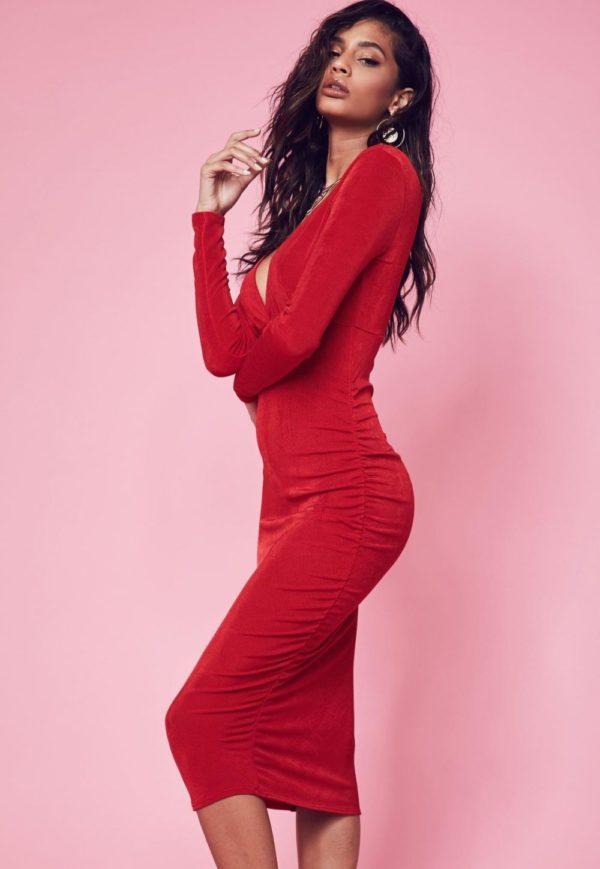 платья на выпускной: футляр красное