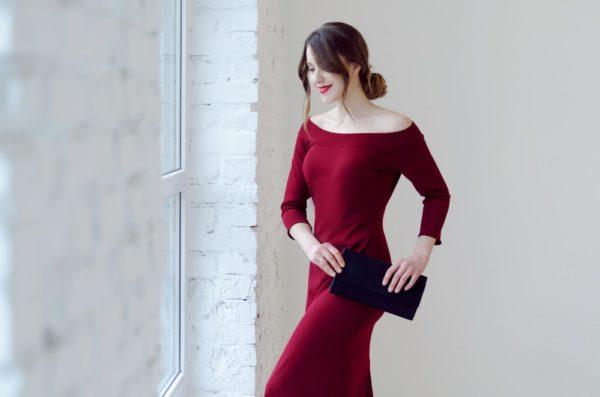 платья на выпускной: бордовое