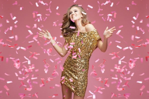 платья на выпускной 2019: золотое
