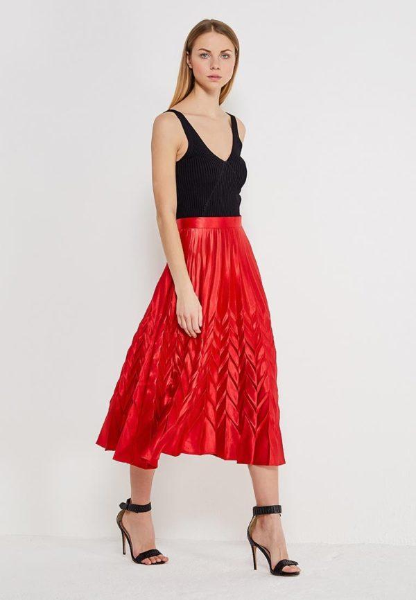 ярко-красная юбка под черный топ