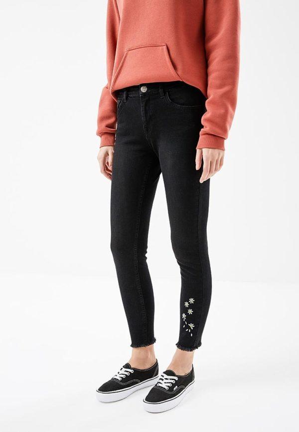 черные джинсы с узором