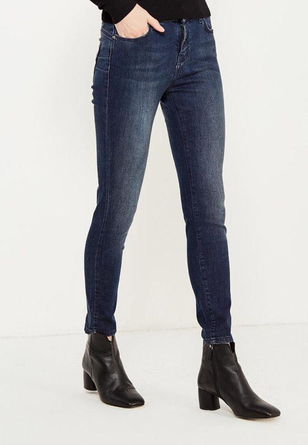 узкие синие джинсы