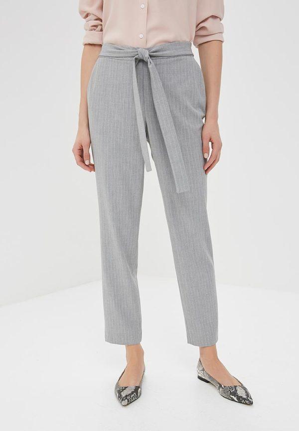 светло-серые брюки в белую полоску