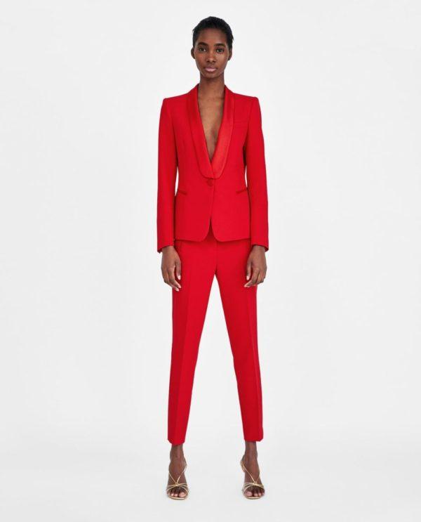 ярко-красный костюм