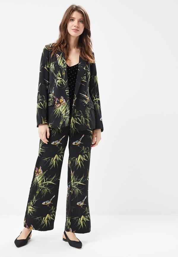 Мода весна лето 2020 для женщин за 30: черный костюм с принтом