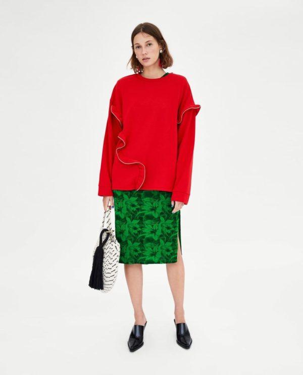 модные цвета весна лето 2020: красная кофта