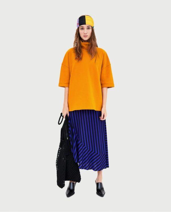 модные цвета весна 2020: оранжевая кофта с синей юбкой