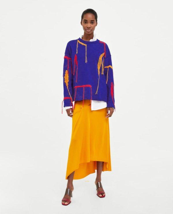 модные цвета весна 2020: желтая юбка синий свитер