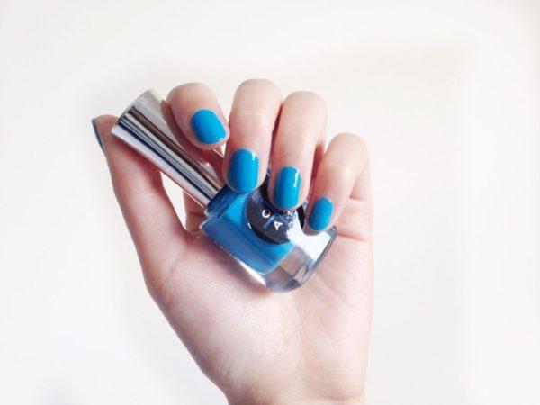 голубой лак для ногтей