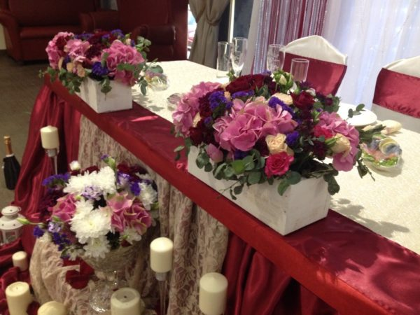 оформление зала в цвете марсала