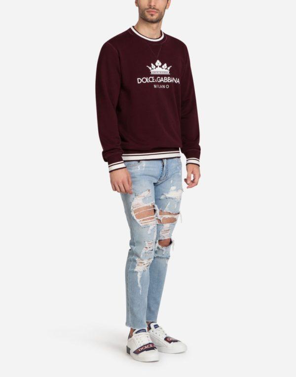 Мужская мода весна лето 2020: черная кофта под рваные джинсы