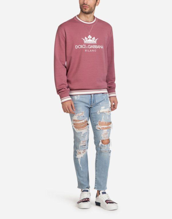Мужская мода весна лето 2020: фиолетовая кофта под рваные джинсы