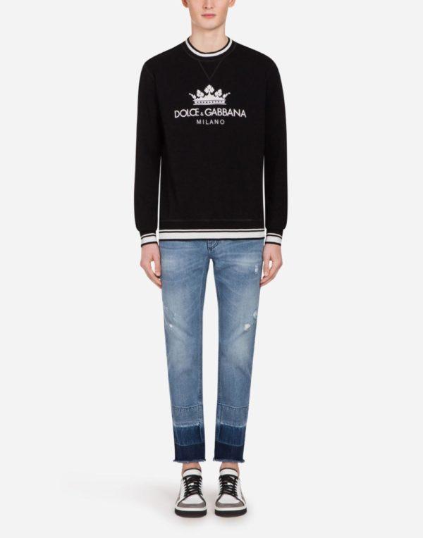 Мужская мода весна лето 2020: черная кофта с надписью под джинсы