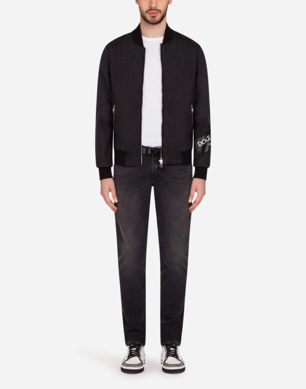 Мужская мода весна лето 2020: черная куртка на молнии под джинсы