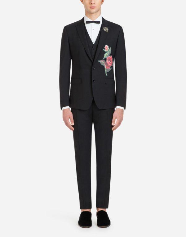 Мужская мода весна лето 2020: черный костюм с принтом розы и бабочкой