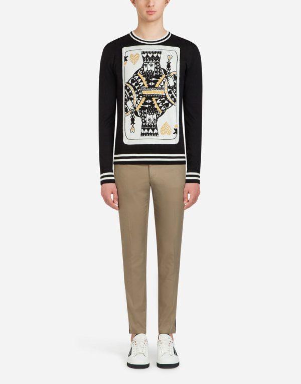 Мужская мода весна лето 2020: черная кофта с принтом под бежевые штаны