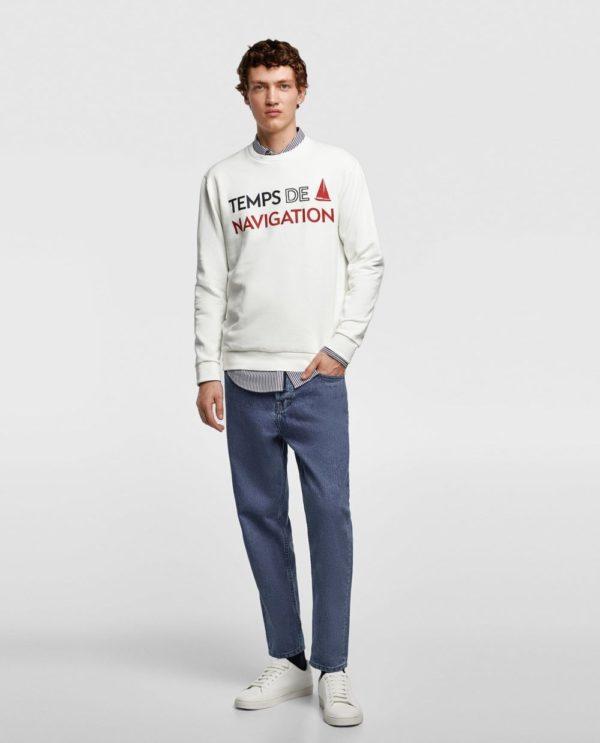 белая кофта с надписью под джинсы
