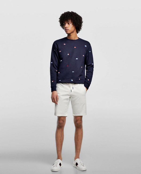 темно-синяя кофта с принтом под белые шорты